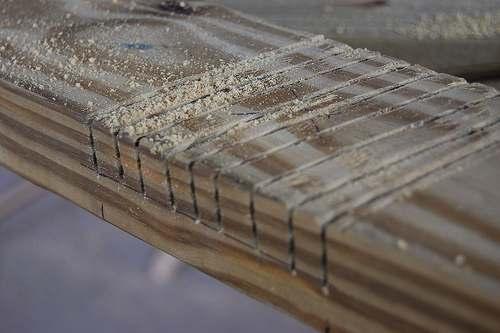 Zaagsnedes maken voor het wegbeitelen met een steekbeitel.