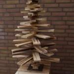 Kerstboom op houten sokkel, gemaakt met hout van een pallet.