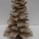 Maak de kerstboom van planken en resten die zijn overgebleven van een klus met steigerhout.