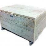 Whitewash steigerhouten kist op wielen om zelf te maken.
