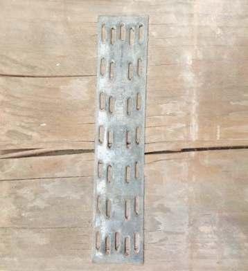 Scheuren in oud steigerhout kunnen met kramplaten gerepareerd worden.
