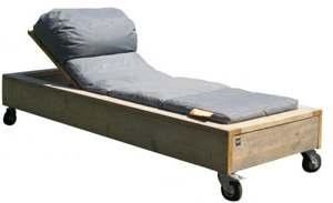 Tuinbed met wieltjes, nu kan dit bed ook binnenshuis worden gebruikt. Ligbed met grijze kussens.