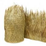 Gevlochten vezels van palmen om te gebruiken op het dak van een rieten parasol.