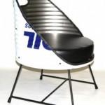Meubelen kunnen van bijna ieder materiaal worden gemaakt, hier een stoel die van een olievat is gemaakt..