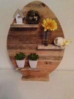 Dit houten wandbord is gemaakt van pallets.