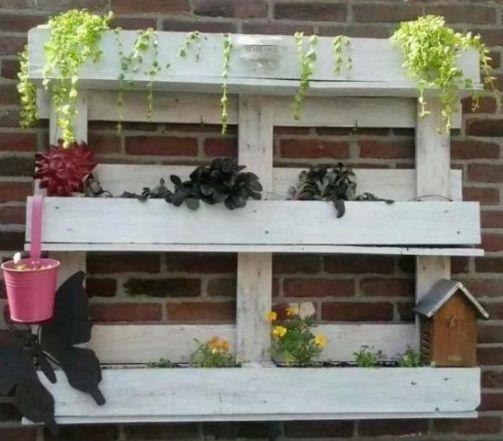 Plantenrekje van een pallet aan de muur voorbeeld om zelf te maken - Voorbeeld van tuindecoratie ...