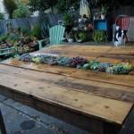 Tafel van een pallet met bloembak.