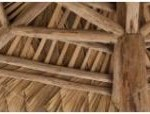Centraal geplaatste steun en netwerk van bamboe om het dak te steunen.