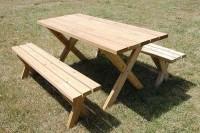 Picknicktafels met losse bankjes.