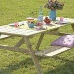 Picknicktafels met opklapbare bankjes.