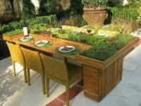 Leuk idee voor een tafel van pallets. Doe het zelf voorbeeld voor een tafel met beplanting.