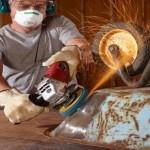Roest verwijderen met een slijptol en staalborstel.