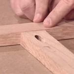 Schuin geboord schroefgat voor een onzichtbare houtverbinding.