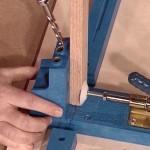 Houtverbinding boren voor verborgen schroeven in kasten en zelfgemaakte meubelen.