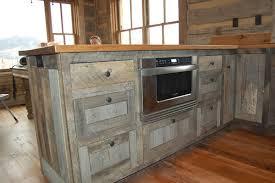 Voorbeeld van een keuken die is gemaakt met oud steigerhout.