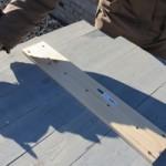 Steigerhout aan elkaar schroeven en het model voor een wandpaneel aftekenen.