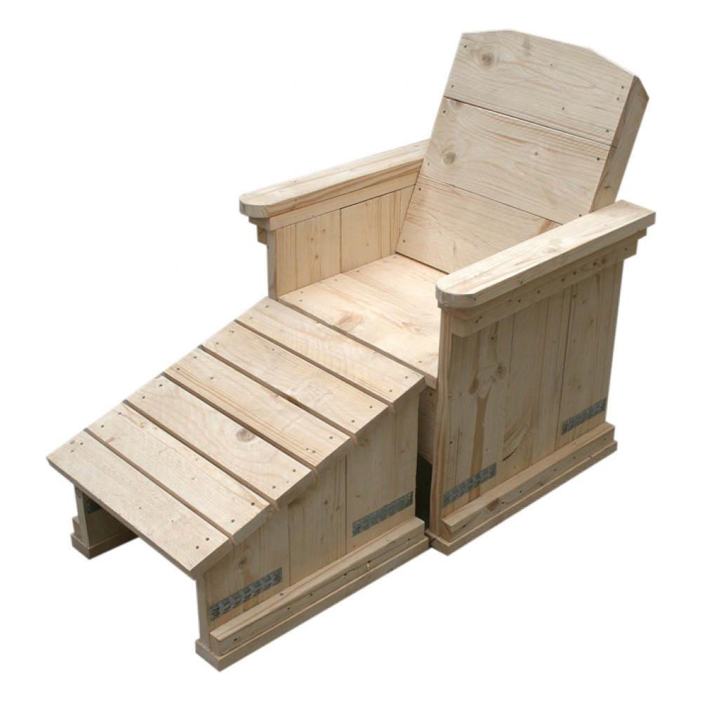 Steigerhouten stoel met losse bank voor de voeten.