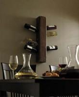 Wijnflessen in schuin geboorde gaten steken, simpel wijnrek zelf maken.