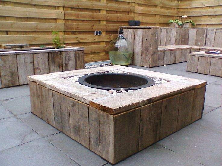 Vuurtafel van steigerplanken met vuurschaal in grindbak for Foto op hout maken eigen huis en tuin