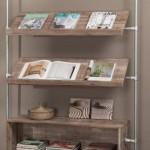 Wandkast en lectuurrek van steigerbuis en steigerplanken.