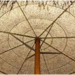 Vloermat van sisal gebruiken op het frame van een parasol.