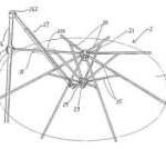 Deze parasol kun je zelf maken met behulp van steigerbuizen en buiskoppelingen.